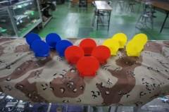 青と黄色と赤い物