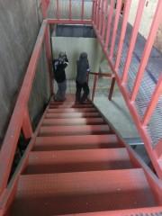 階段を死守する2人
